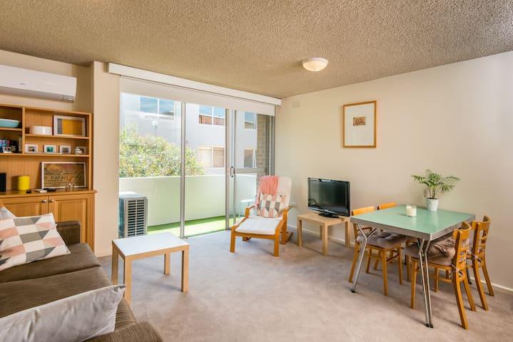 Chic Carlton Apartment – A Fantastic Location!