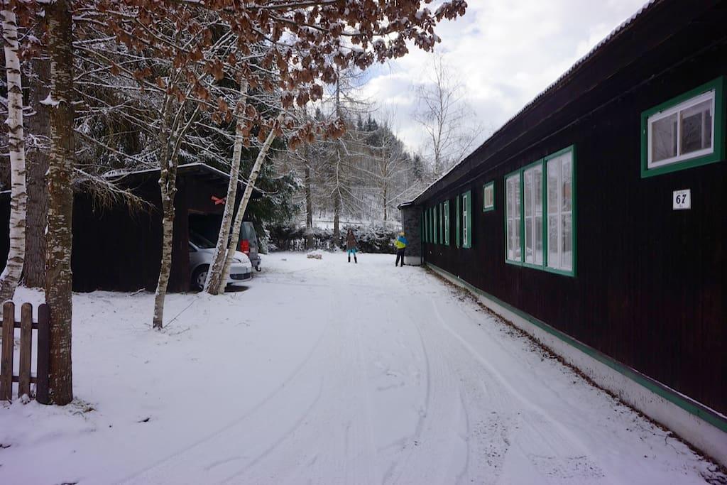 Winter Ansicht Einfahrt zur Hütte