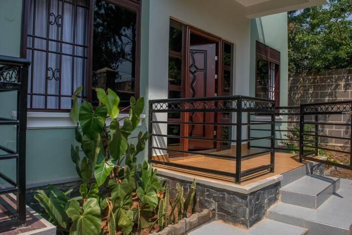 Brand new! Comfortable Kampala retreat  in AMAZING location  + Wifi + full kitchen
