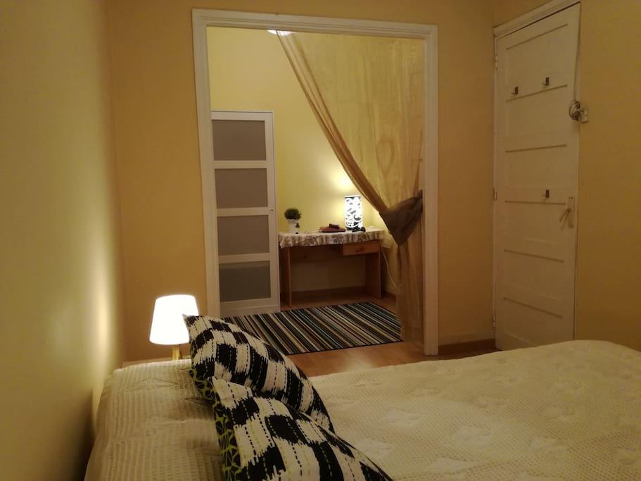 Vista desde dormitorio principal del anexo de la habitación ( vestidor)