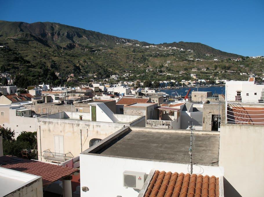 Panorama dal terrazzo solare sui tetti di Lipari