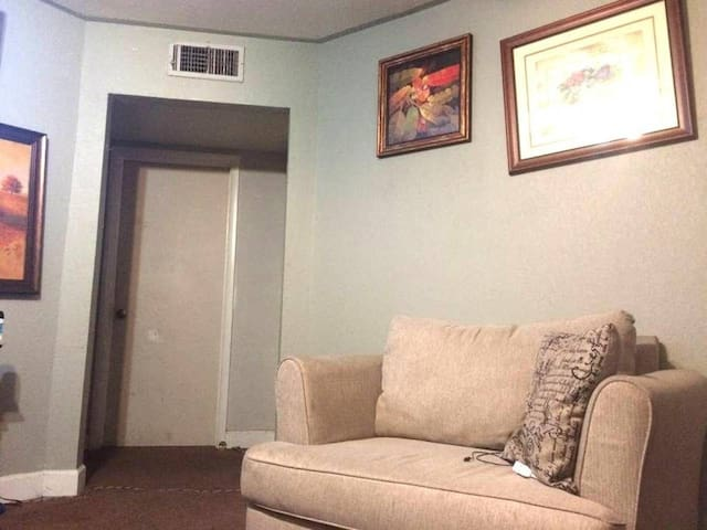 Nice place close to downtown. - Merced - Huis