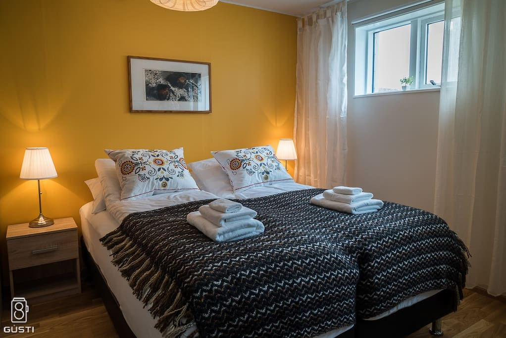 Spacious and bright. Two high-quality single beds are arranged together.