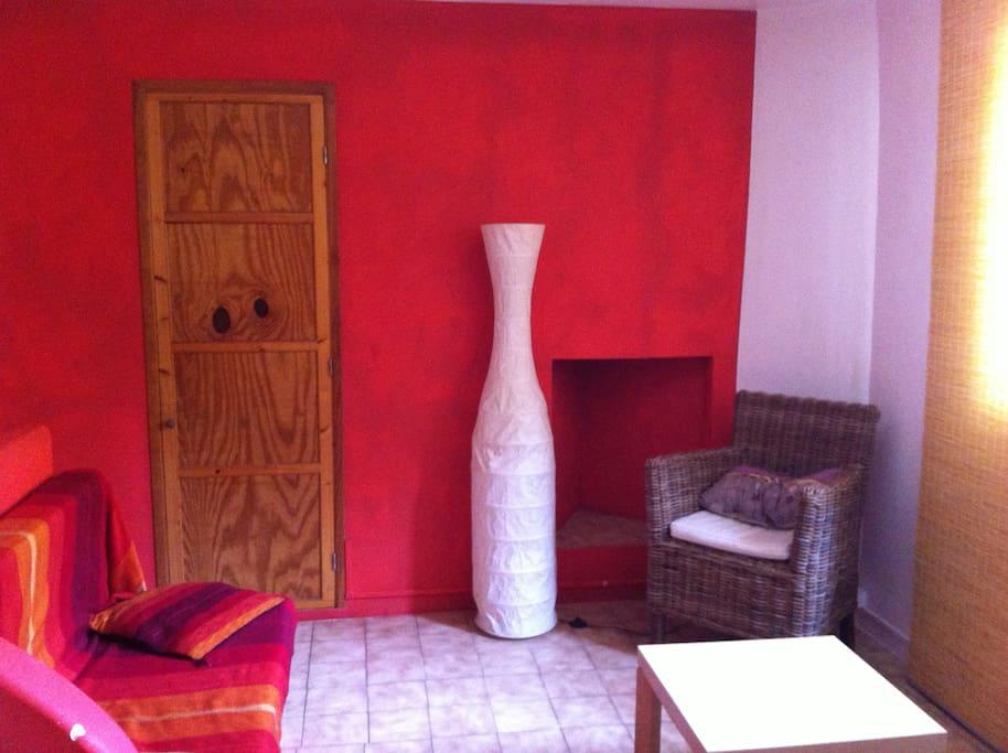 espace salon avec television et accés wifi