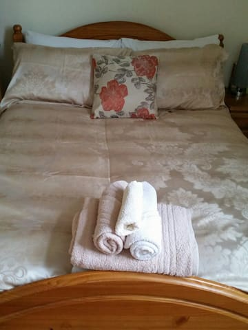 Private double room in our home - Stamford - Casa