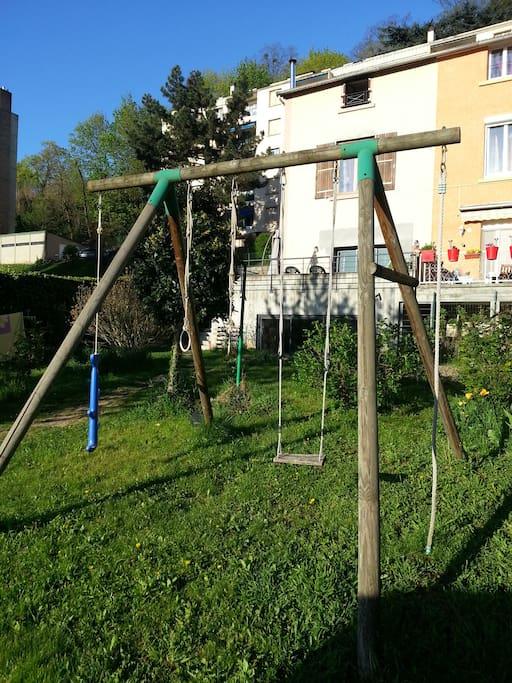 Une balançoire dans le jardin