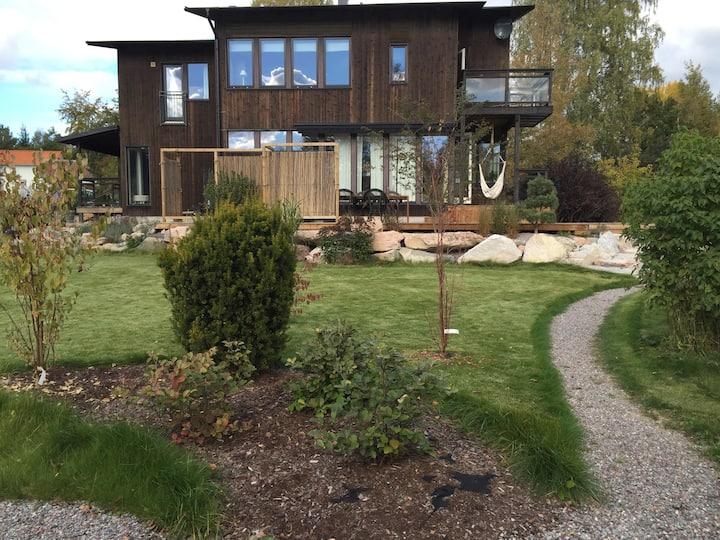 Villa med vacker trädgård.