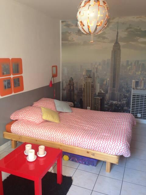 Chambre spacieuse et confortable côté rue