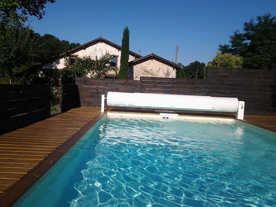 piscine avec volet sécurité et entourage