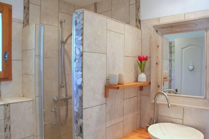 Bad mit Dusche, Waschbecken, WC und Fenster