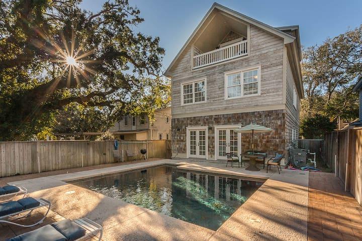 Sassy Peach Cottage w/pool, steps to village/ocean
