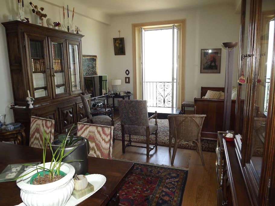 Séjour salle à manger avec un couchage éventuel au fond à droite