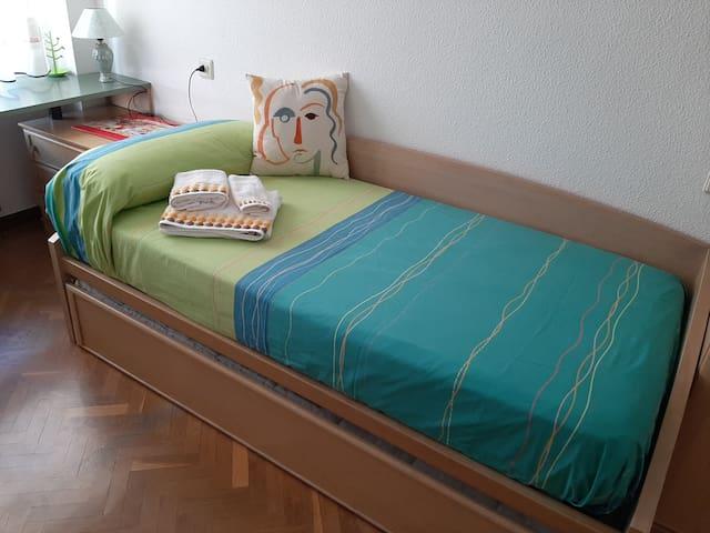 Dormitorio: dos camas individuales de 90 x 190 cm  ***  Bedroom: two single beds