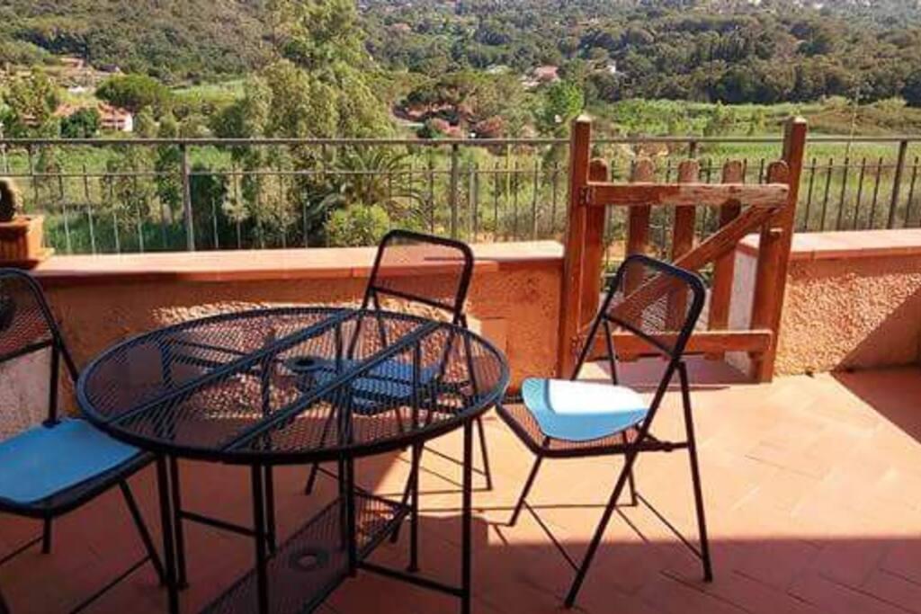 La terrazza è abitabile e con vista sul golfo di Porto Azzurro si presta per colazioni, pranzi e cene molto gradevoli.