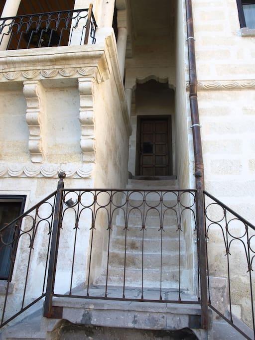 La scala esterna che conduce al primo piano