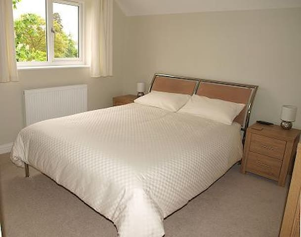 Kingsize bed - very comfortable