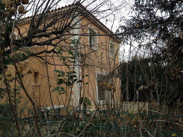 villa avec terrasse et jardin - Jonquières - House