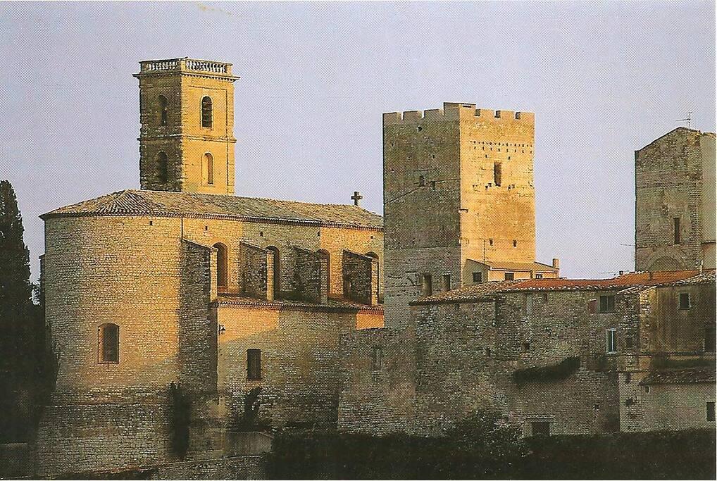 Tour Sarrasine, les remparts et l'église. Tour du Xè siècle.
