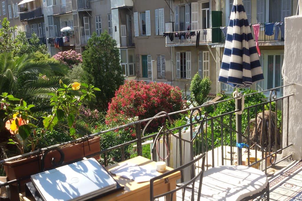 au bord des jardins, sur la terrasse, vue imprenable