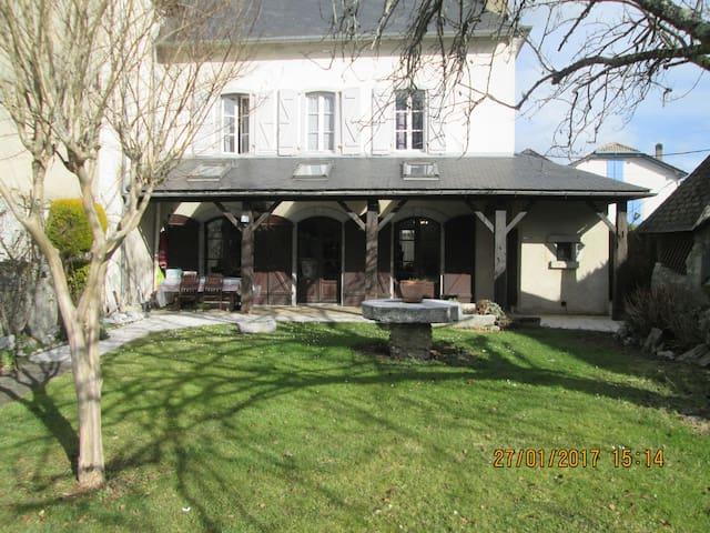 Maison de famille béarnaise confortable verdoyante