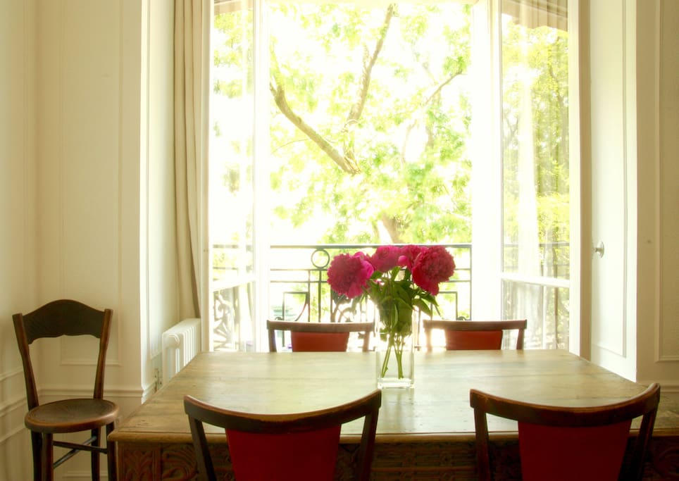 Comfortable dining for up to 6 people with views over the tree-lined boulevard.