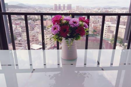 清新舒适大床房,近双龙、南联双地铁口、平冈中学对面、毗邻龙岗老街,交通便利、光线好,可做饭,有阳台 - Shenzhen - Wohnung