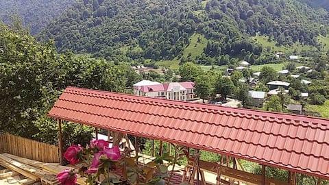 Аппартаменты с видом на горы, реку и курорт.