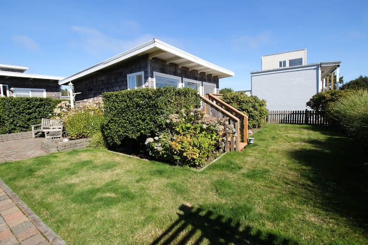 Beautiful & dog-friendly cottage w/ ocean views, walk to the beach!