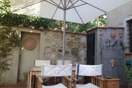 Holiday by the sea in Tuscany in house with garden