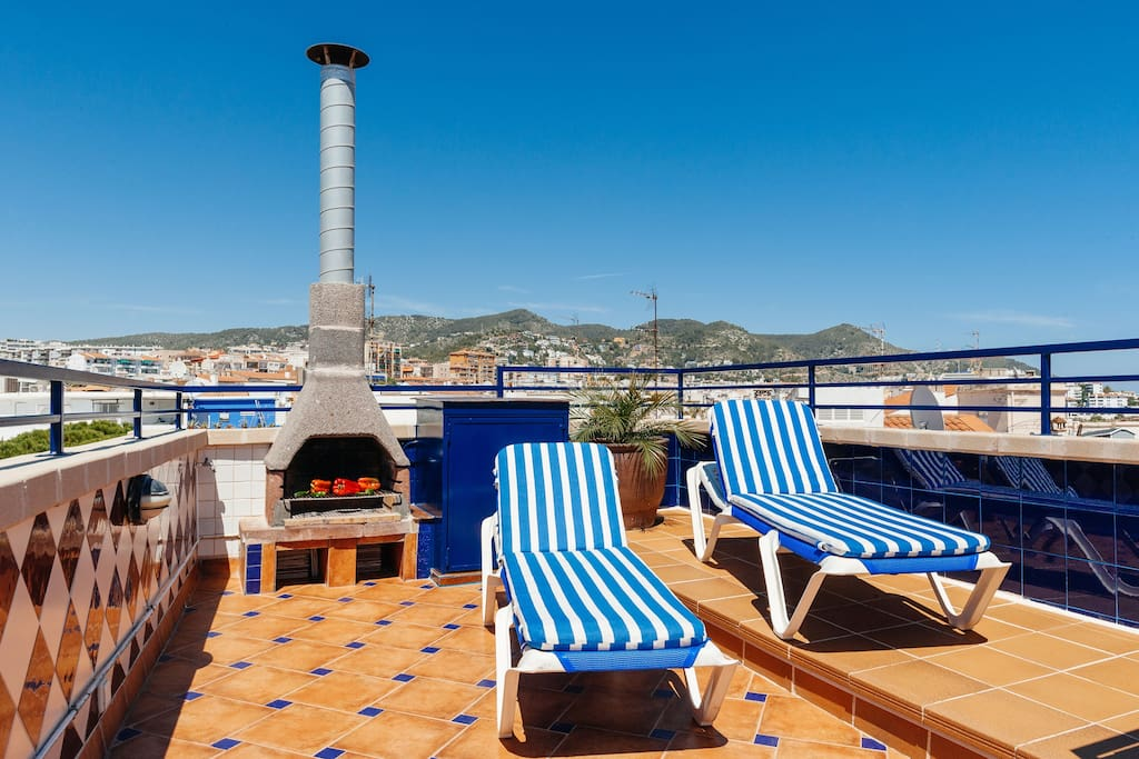 Relax with a good novel on the comfortably cushioned beach sunbed loungers. Sea View Sitges Holiday Rental Apartment,  Beach Vacation Accommodation. Tourist License: HUTB-006157.