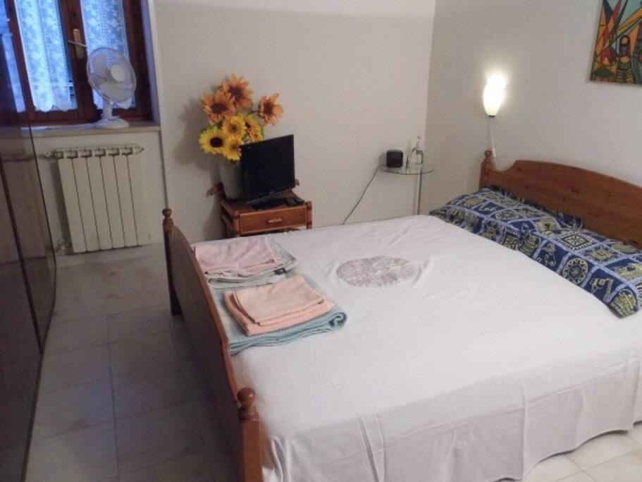 La camera da letto ampia  e luminosa,con TV e lettore DVD.Your room with king size bed, tv and Dvd player..