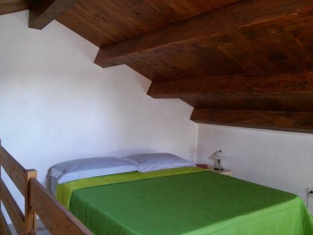 Camera da letto a soppalco con (letto matrimoniale)