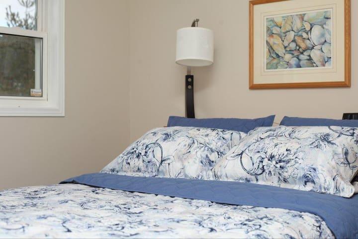 2nd. Bedroom. Queen size bed.