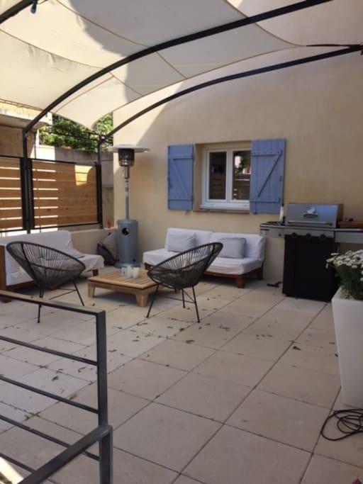 Grande terrasse idéal pour se reposer ou profiter de bonnes  grillades