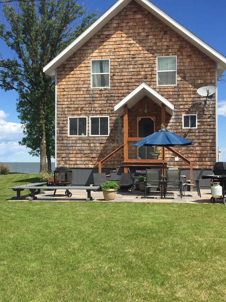 Beautiful Beachfront Cottage on Lake Dauphin