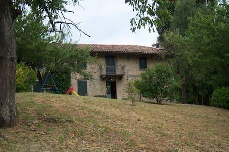 Casa nelle Langhe, Alba, Piemonte, Italia - Cossano Belbo