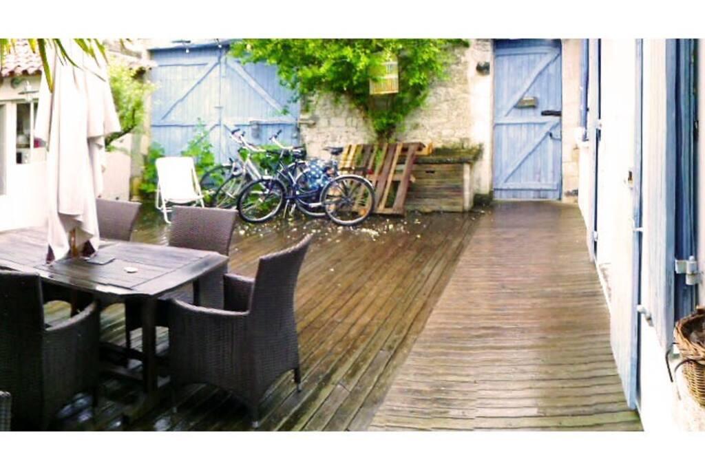 Charmante maison typique de l'ile de ré, murs en pierres, volets de couleurs vives qui égaillent une terrasse sans vis-à-vis au calme