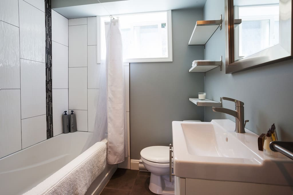 Tub/shower combo, heated tile floors, and opening window.