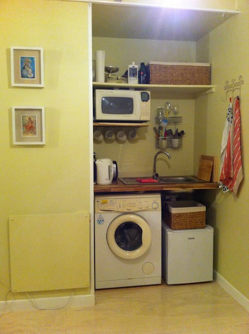 The kitchenette is equipped with a clothes washing machine (+powder), microwave, electric frypan, toaster, fridge, kettle, cutlery and crockery. There's also milk, tea, coffee and herbal tisanes.