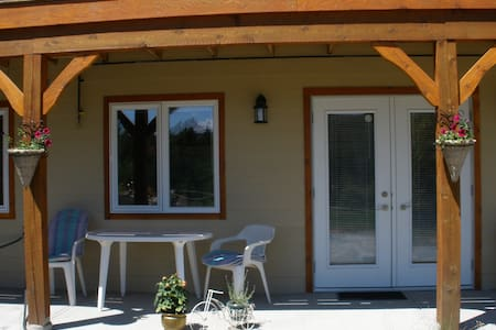 Gardom Lake Country B & B - Enderby - Pousada