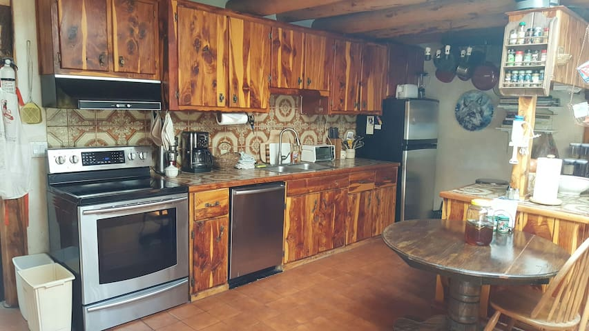 Country living on 20 acres (5 minutes to town) - Ranchos de Taos - House