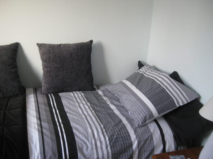Welcoming  Cosy and comfortable single bedroom.