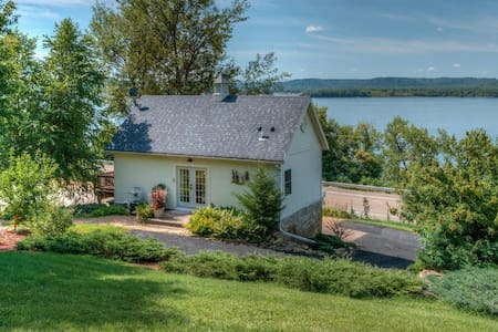 Adorable guesthouse with awesome Lake Pepin views!