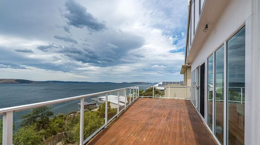 Seafarer's delight - absolute waterfront - Sandy Bay - House