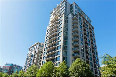 Modern Studio Condo with free parking - Victoria - Condominium