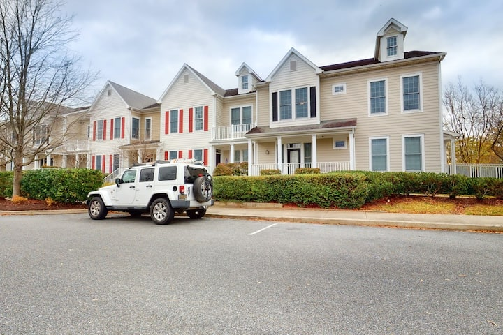 Bear Trap Dunes 2nd floor condo w/ balcony, free WiFi, and basketball court