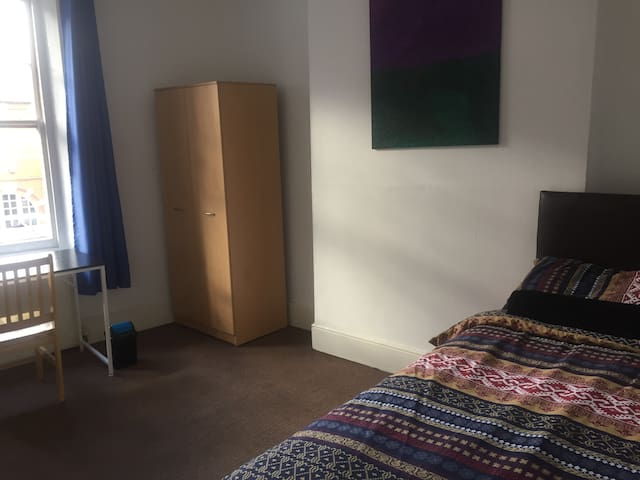 Double bedroom, 2 min from tube, Queen's Park