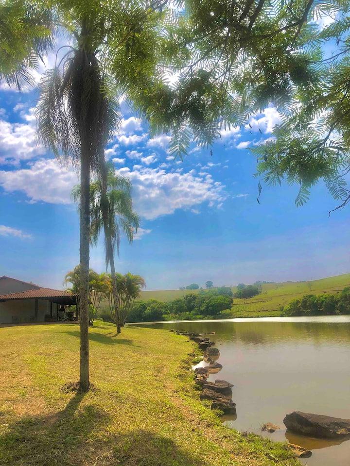 Casa de Campo de frente para lindo lago/ 2h de SP
