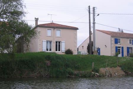 Chez Clovis et Charlotte  Damvix 85 - Damvix - Дом
