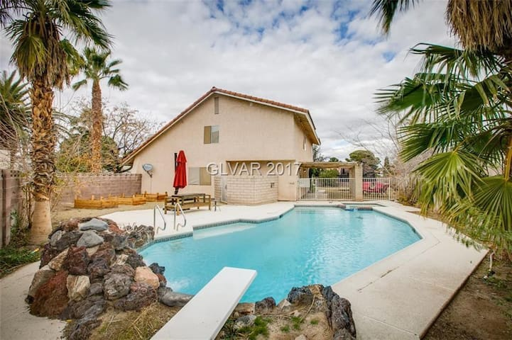 Spacious 5bd Retreat + pool/spa, 10 min to Strip - Las Vegas - Huis
